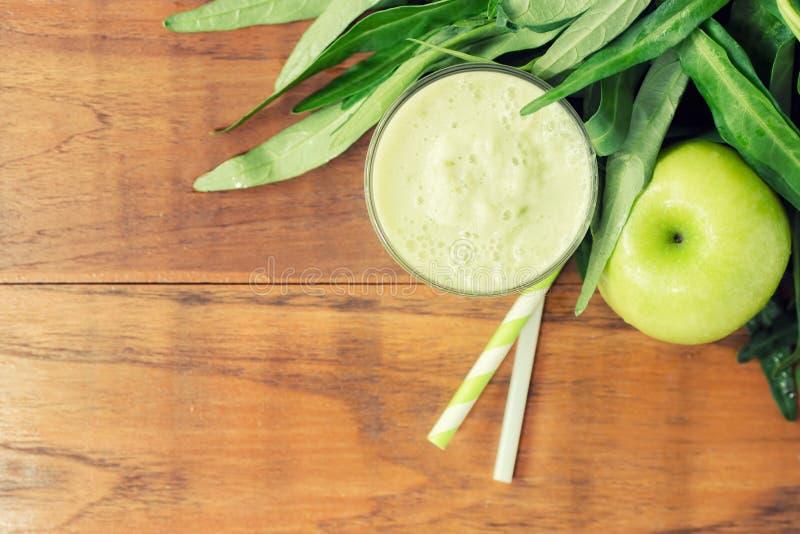 Apple sain vert - smoothie de gloire de matin avec le fruit et le gree photos stock