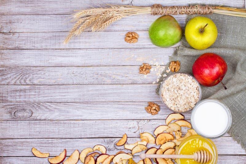 Apple salta, las manzanas, miel, leche, las escamas de la avena y las nueces frescas fotografía de archivo