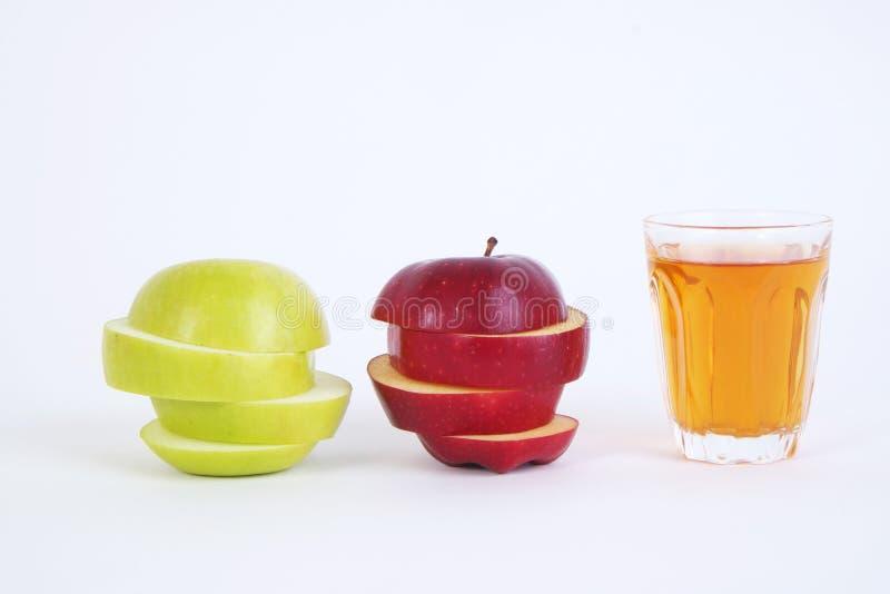 Apple schnitt Abschnitte und Apfelsaft Roter und grüner Apfel auf weißem Hintergrund lizenzfreie stockbilder