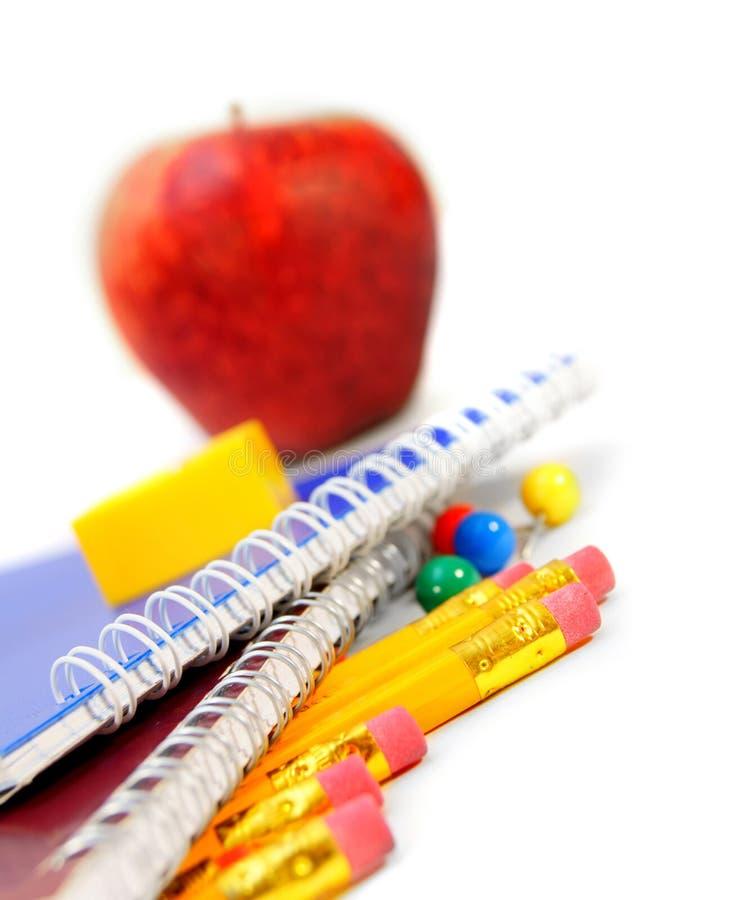 Apple, scrittura-libri e matite fotografia stock libera da diritti