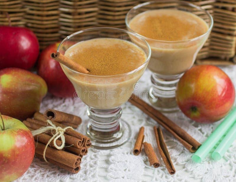 Apple smoothie med kanel Banta drinken sund näring royaltyfria foton