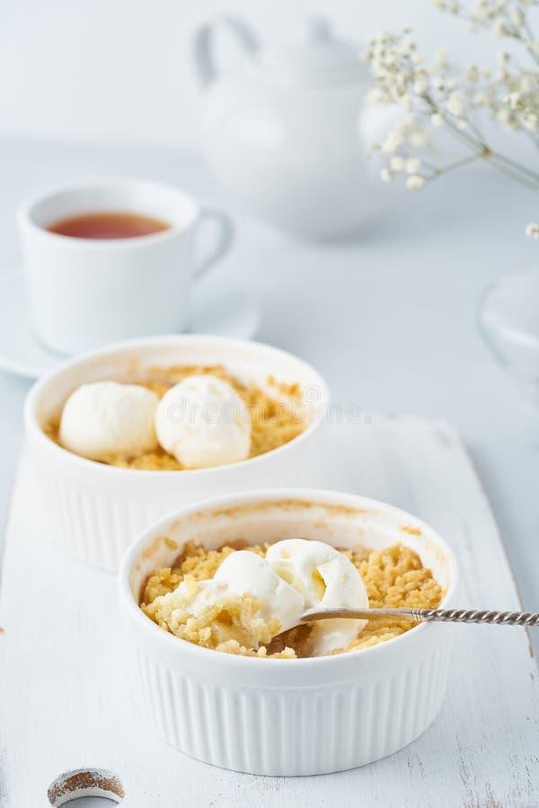 Apple smulpaj, en sked med glass, streusel Sidosikt, lodlinje Morgonfrukost arkivbild