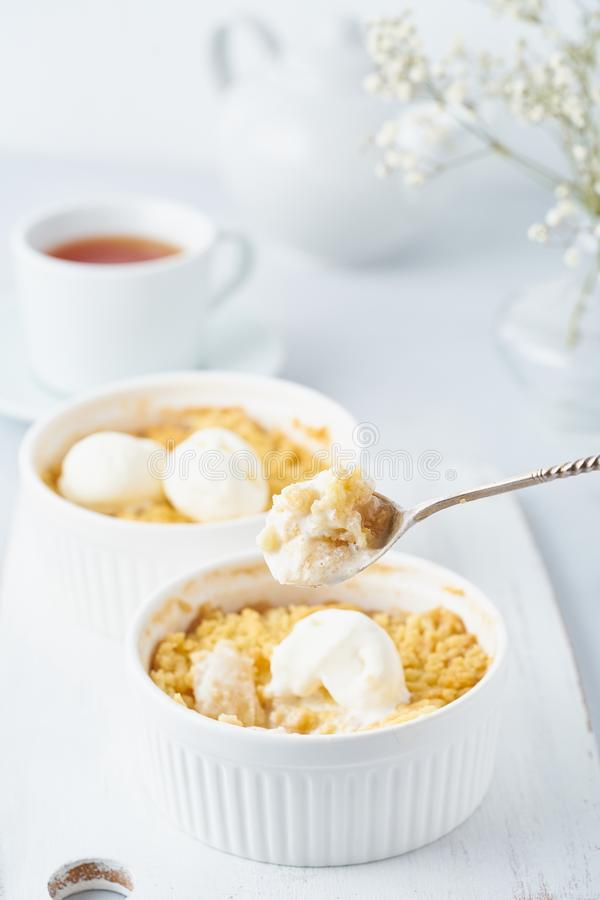 Apple smulpaj, sked med glass, streusel Sidosikt, lodlinje Morgonfrukost p? ett ljust - gr? tabell royaltyfri fotografi