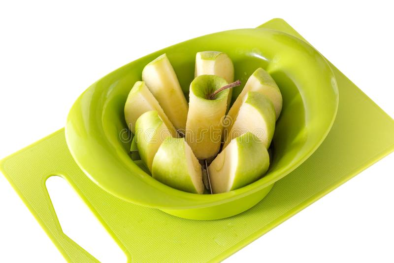 Apple-snijmachine, scherpe raad, groene appel Isoleer op witte achtergrond royalty-vrije stock foto's