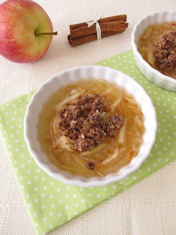 Apple-soep met chocoladekruimeltaarten royalty-vrije stock fotografie