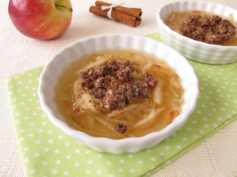 Apple-soep met chocoladekruimeltaarten stock foto's
