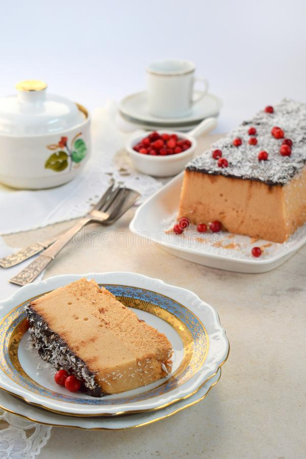 Apple-soufflé Dessert van vruchten, kokosnotensuiker en gelatine, glans van kerob, met Amerikaanse veenbessen wordt verfraaid die royalty-vrije stock afbeelding
