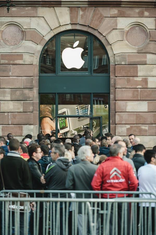 Apple startar iPhone 6 försäljningar med kunder som framme väntar av t royaltyfri fotografi