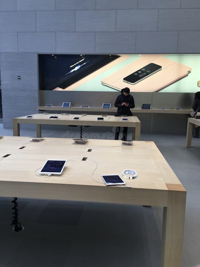 Apple Store, αγορές στοκ εικόνες με δικαίωμα ελεύθερης χρήσης