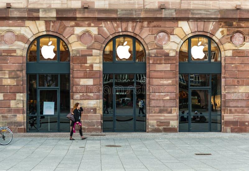 Apple Store che si prepara per Apple guarda il lancio fotografia stock