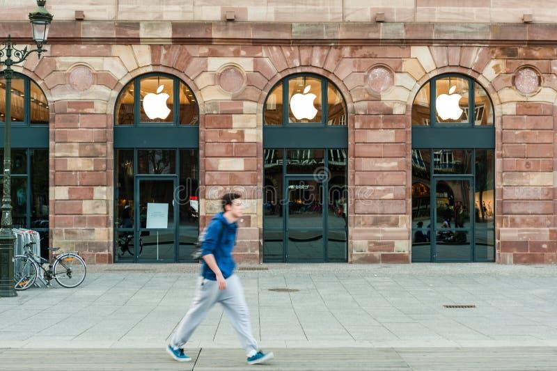 Apple Store che si prepara per Apple guarda il lancio immagini stock libere da diritti