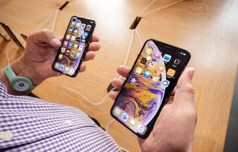 Apple Store con il iPhone Xs e Xs del comapre dell'uomo senior massimi fotografia stock