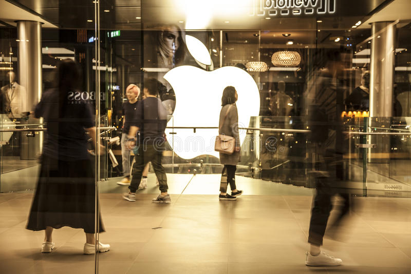 Apple Store e clientes no shopping de IFC, Hong Kong imagem de stock