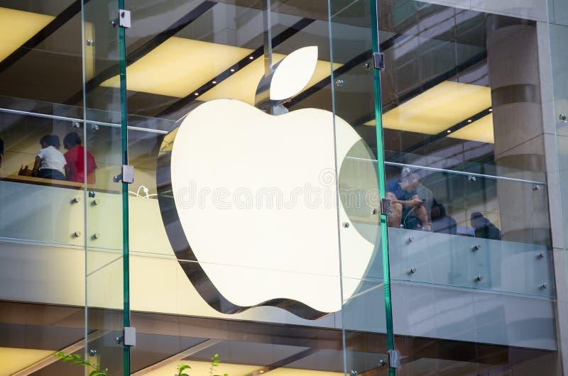 Apple Store-embleem bij glasvenster in dichte omhooggaand stock afbeeldingen