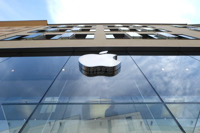 Apple Store i Munich med himmel arkivfoton