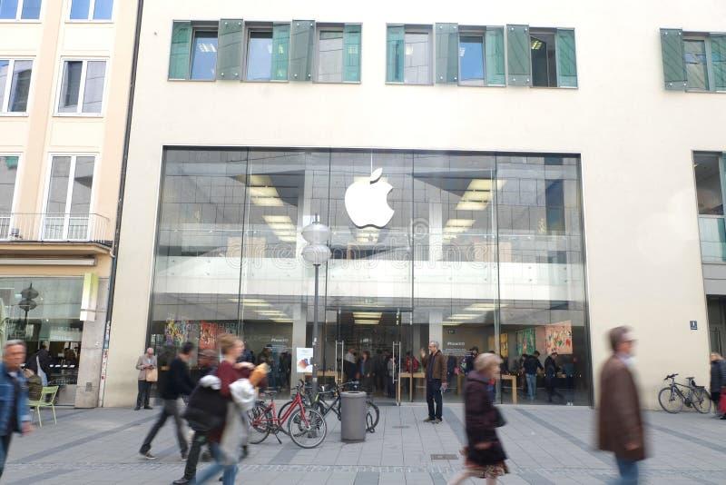 Apple Store i Munich med shoppare arkivbilder