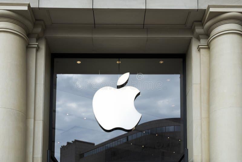 Apple Store i Passeig de Gracia i Barcelona royaltyfria bilder