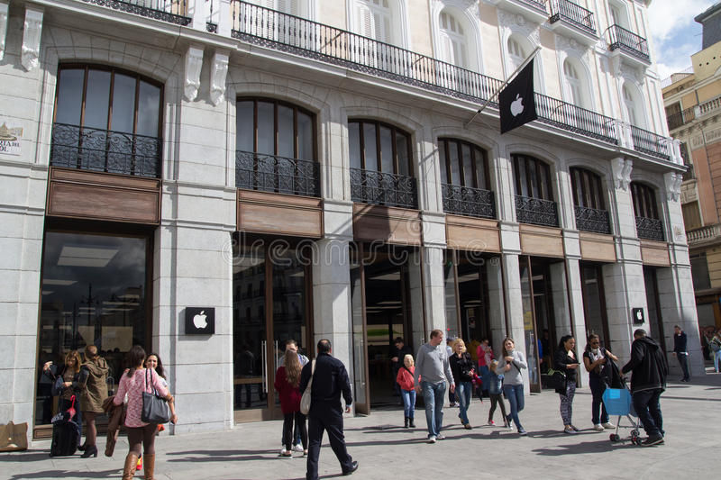 Apple Store in Madrid editorial photography. Image of ...