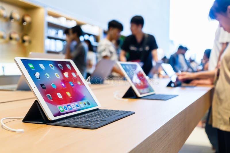 Apple Store nowy produkt Ipad Pro z mądrze klawiaturowym pokazem przy jabłczanym sklepem w Iconsiam zdjęcia royalty free