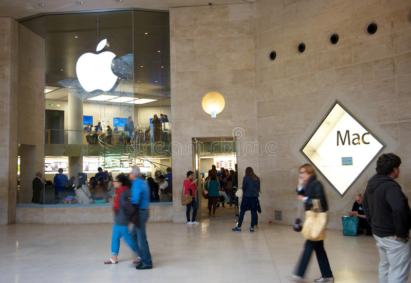 Apple Store obok louvre muzeum zdjęcia stock