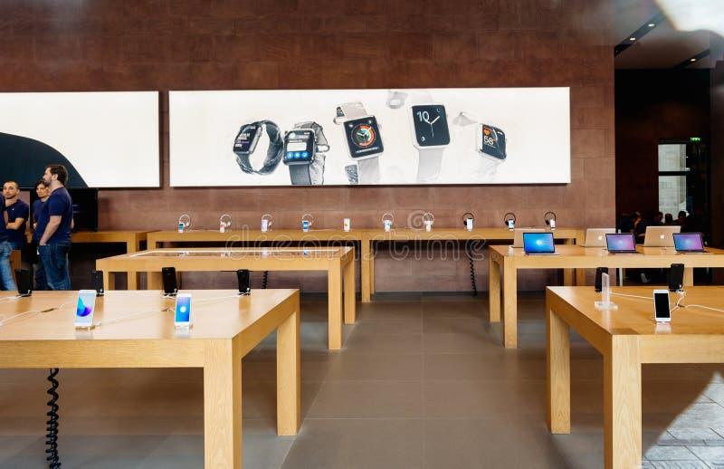 Apple Store som förbereder sig att sälja den nya MacBook Pro med det ole handlaget royaltyfri bild