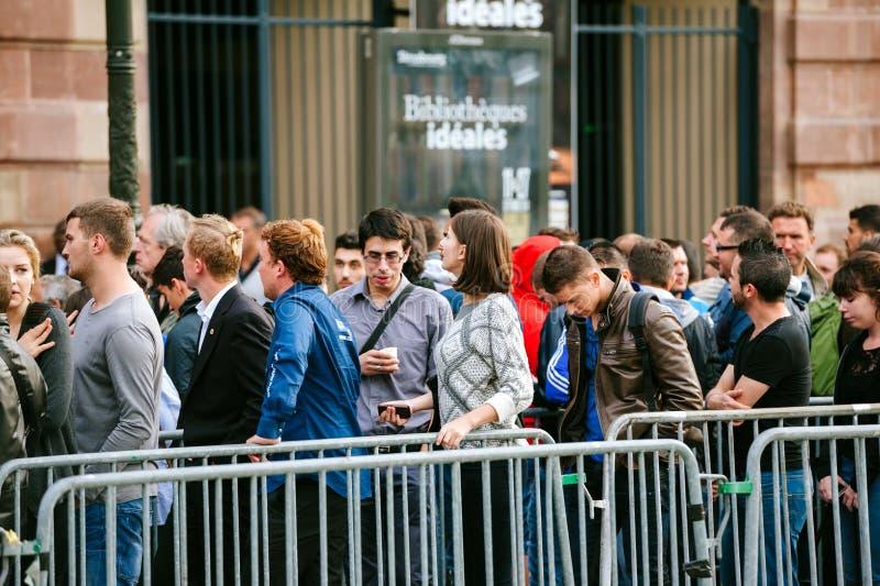 Apple Store väntande linje ny telefondator royaltyfria bilder
