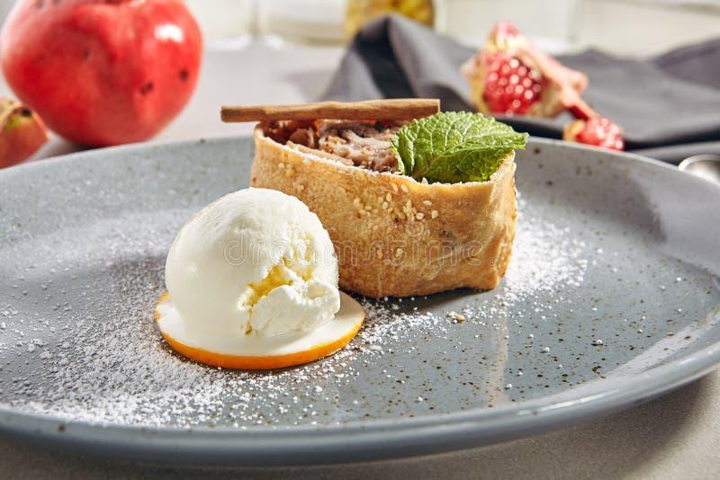 Apple Strudel, Charlotte ou Apple Cake com uma colher de sorvete imagens de stock royalty free