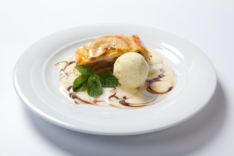 Apple strudel med vaniljglass royaltyfri bild