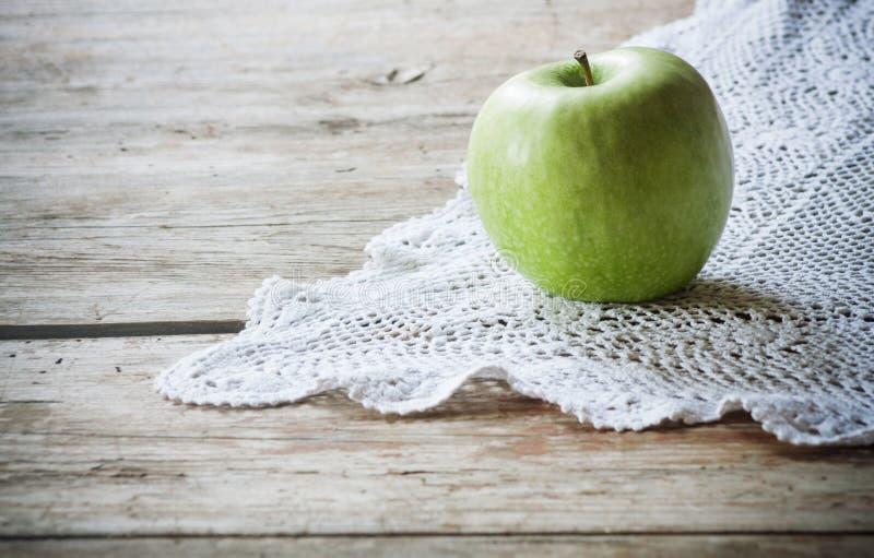 Apple su fondo di legno immagine stock libera da diritti