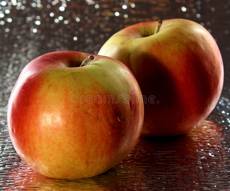 Apple su priorità bassa bianca fotografie stock
