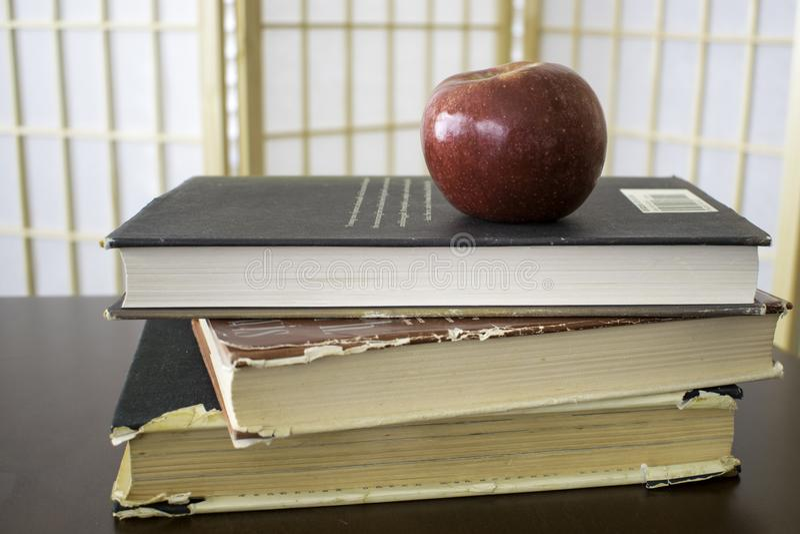 Apple sui libri fotografia stock