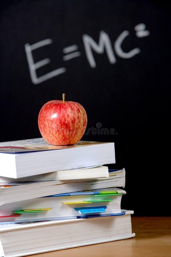 Apple sulla pila di libri in aula immagini stock libere da diritti