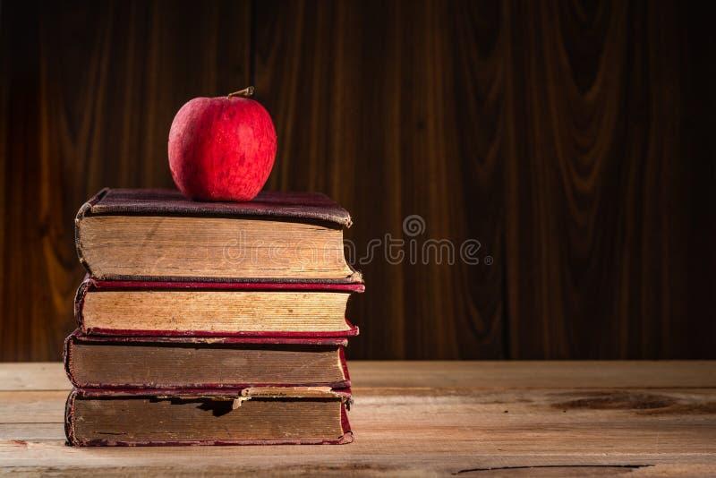 Apple sulla pila di vecchi libri fotografia stock libera da diritti