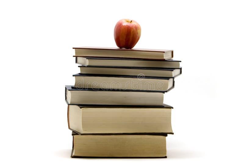 Apple sur des livres image libre de droits