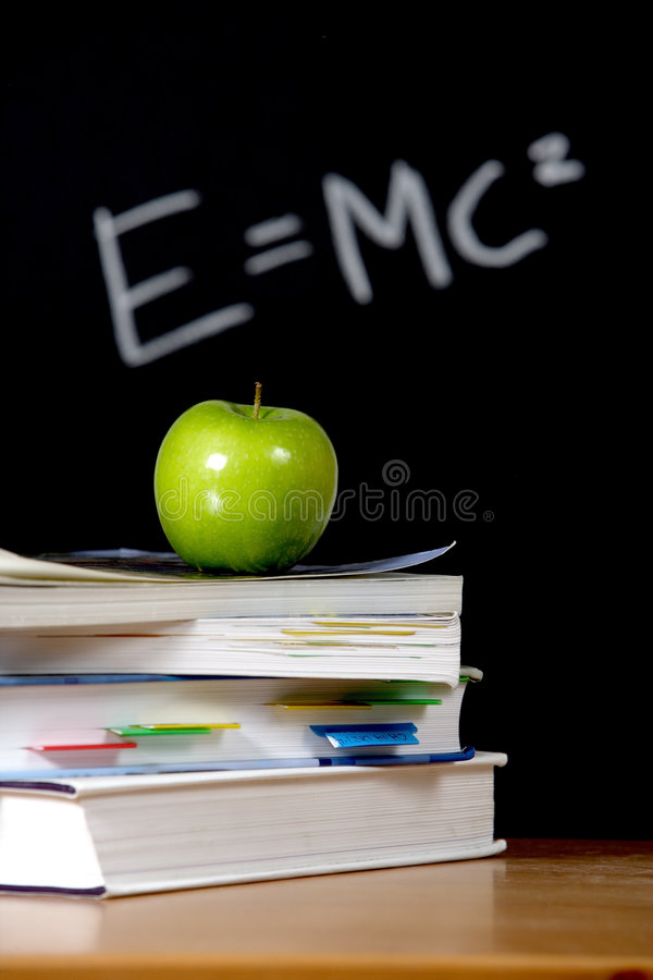 Apple sur la pile de livres dans la salle de classe photographie stock libre de droits