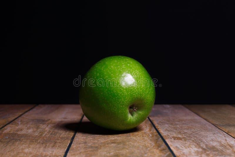 Apple sur un fond foncé photographie stock