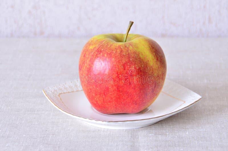 Apple sur une soucoupe image stock