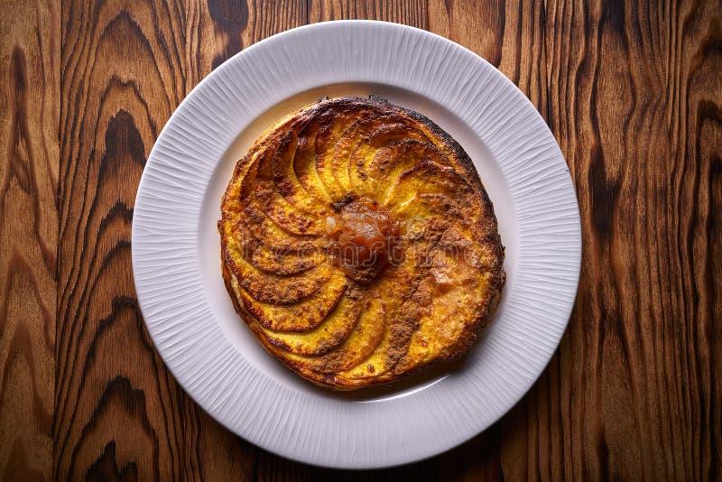 Apple-tatin Tortenkuchen auf Blätterteignachtisch stockfoto