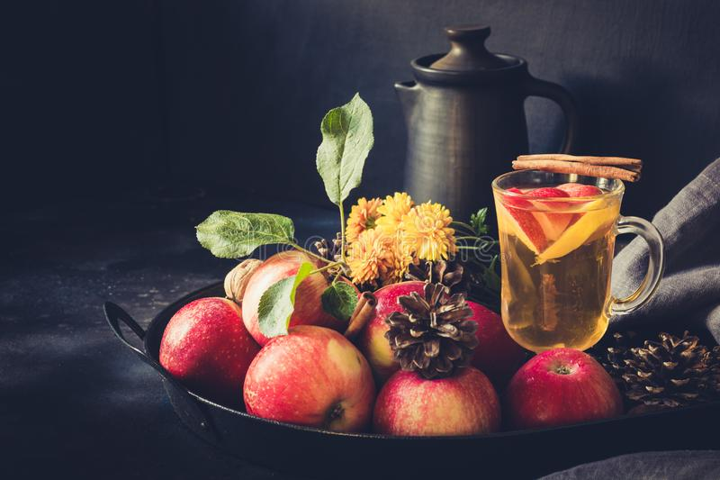 Apple-thee met gekruide citroen, en kaneel in uitstekend dienblad op zwarte raad Het stilleven van de herfst Sluit omhoog royalty-vrije stock afbeeldingen