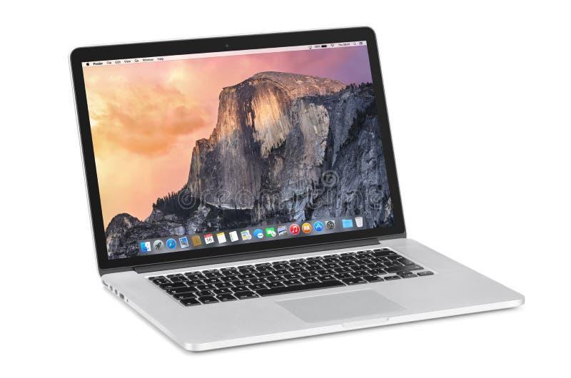 Apple 15 tum MacBook Pro näthinna med OS X Yosemite på tilten royaltyfri bild