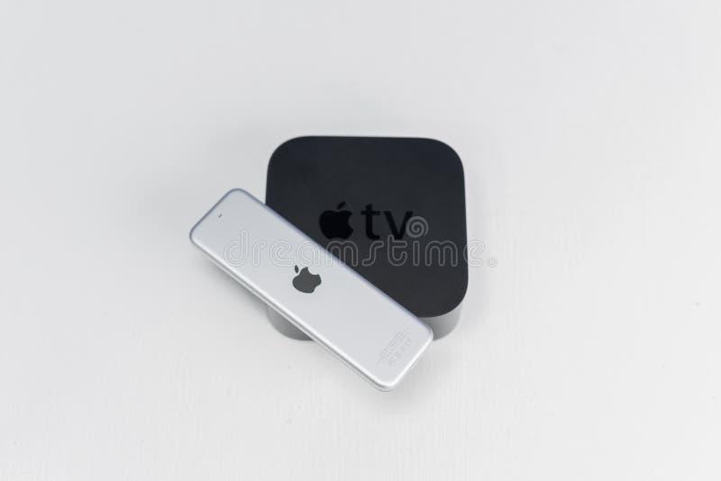 Apple TV med fjärrkontroll arkivfoto