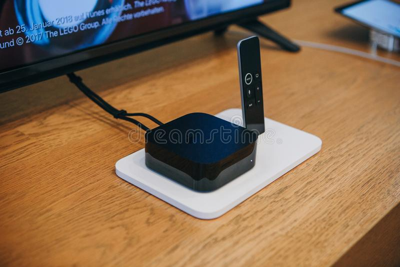 Apple TVapparat och fjärrkontroll eller styrspak Moderna apparater för television arkivfoto