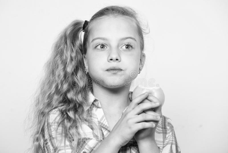 Apple un il giorno tiene medico assente La buona nutrizione ? essenziale ai buona salute La ragazza del bambino mangia la frutta  immagini stock libere da diritti