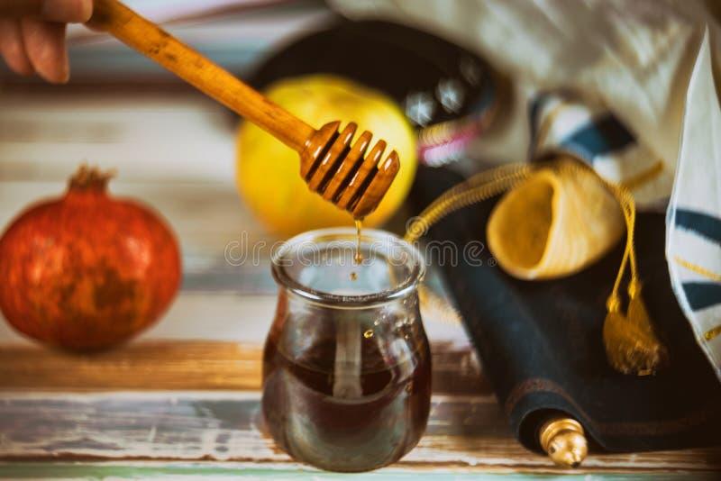 Apple und Honig, traditionelle Nahrung jüdischen torah neues Jahr Rosh Hashana Buches, kippah yamolka talit stockfotos