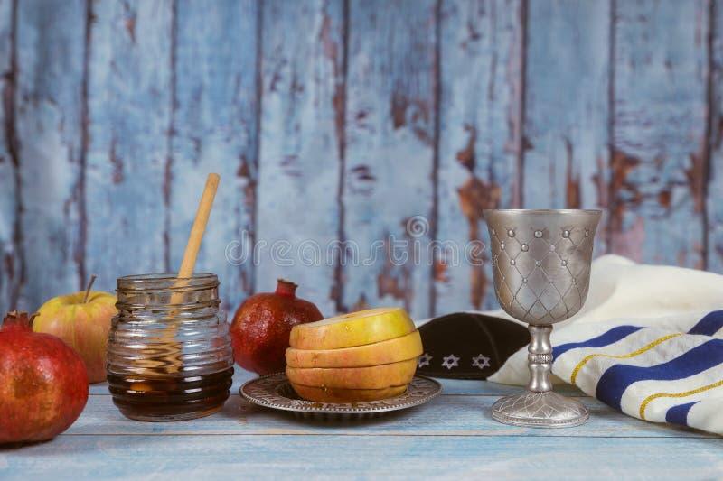 Apple und Honig, traditionelle Nahrung jüdischen torah neues Jahr Rosh Hashana Buches, kippah yamolka talit lizenzfreie stockbilder