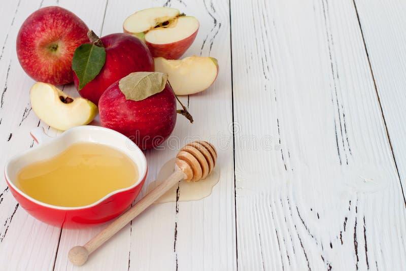 Apple und Honig, traditionelles Lebensmittel des jüdischen neuen Jahres - Rosh Hashana Copyspace-Hintergrund lizenzfreies stockfoto