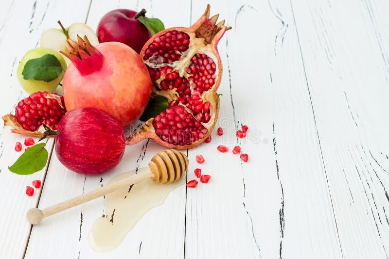 Apple und Honig, traditionelles Lebensmittel des jüdischen neuen Jahres - Rosh Hashana Kopieren Sie Raumhintergrund lizenzfreie stockfotos