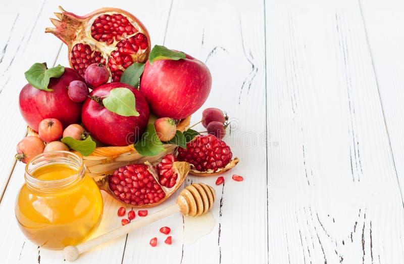 Apple und Honig, traditionelles Lebensmittel des jüdischen neuen Jahres - Rosh Hashana Kopieren Sie Raumhintergrund lizenzfreies stockbild