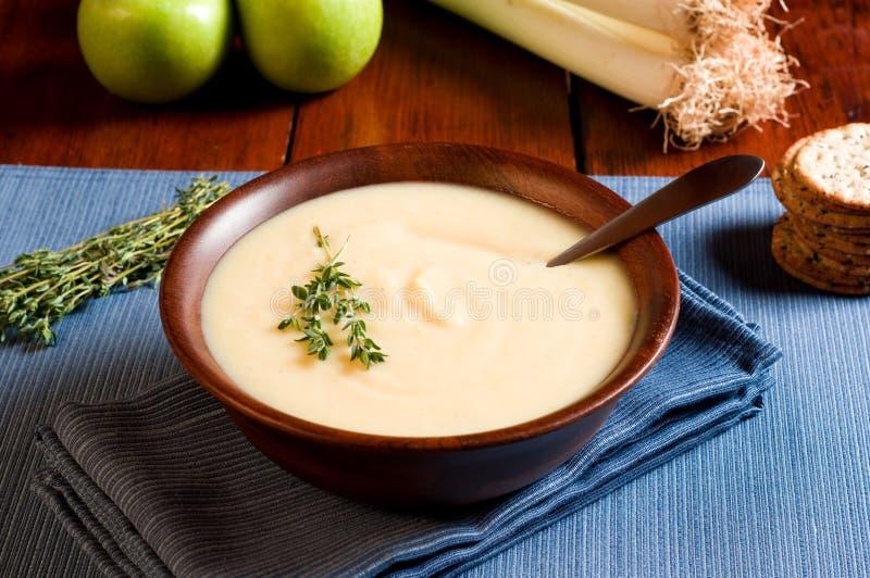 Apple-und Lauch-Suppe stockfotografie