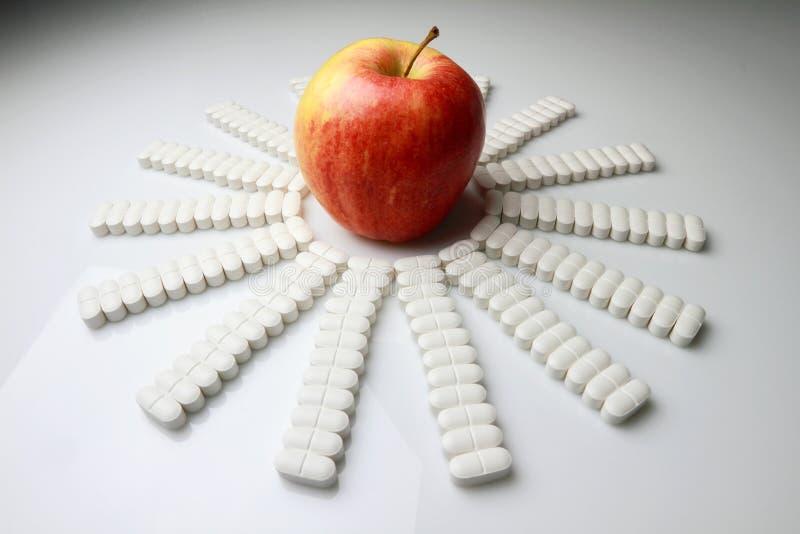 Apple und Pillen lizenzfreie stockfotografie